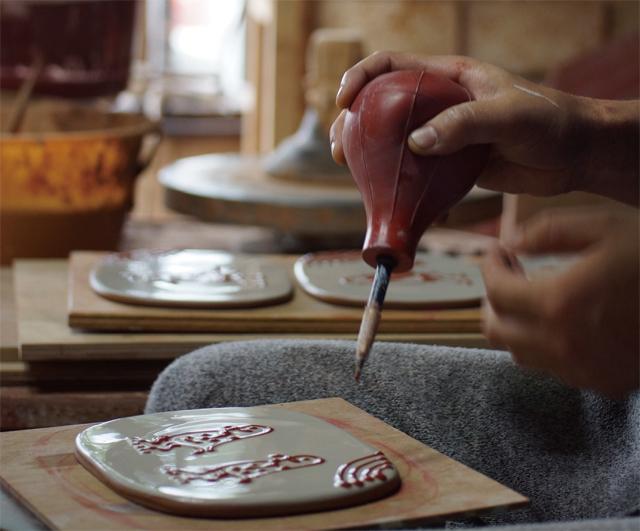 滋賀県・信楽の陶芸家、山田洋次の個展が開催。イギリスで修行したというスリップウェアの作品が並ぶ。