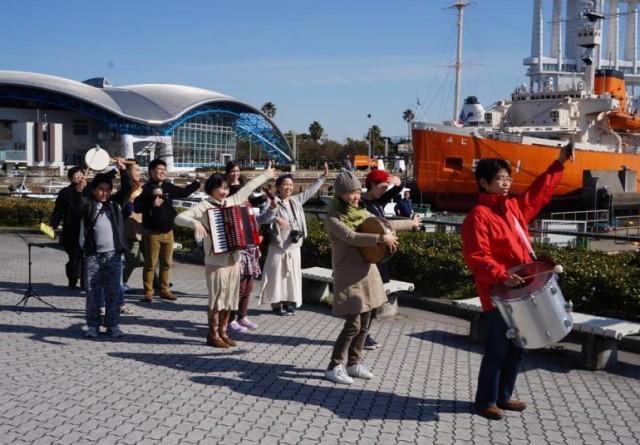 シアタープロダクツのメンバーや世界で活躍する音楽家たちを擁する「トラベルムジカ」が再び港まちにやって来る!ワークショップ&アーカイブス展も。