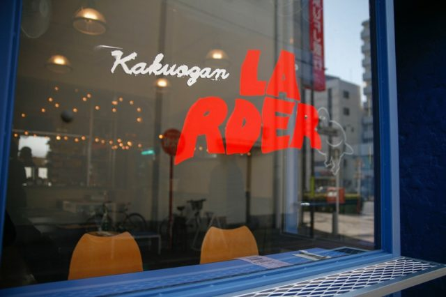 【RENEWAL OPEN】KAKUOZAN LARDERがロゴ〜内外装デザインを一新し、今春から新メニューもスタート。店長・NIWAにインタビューを敢行。