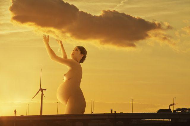 風景の中にたたずむ巨大妊婦が話題の写真家、馬場磨貴による個展が開催。浅田政志とのクロストークも。