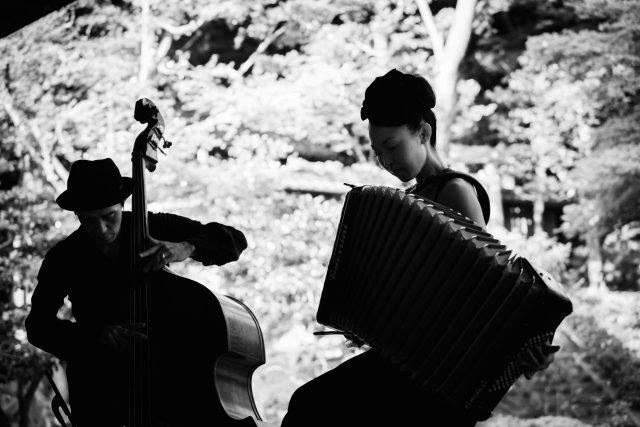 京都のインストゥルメンタルデュオ・mama!milkが岐阜市林陽寺で演奏会を開催。キャンドルや草花の会場演出、ビストロカフェの出店も。
