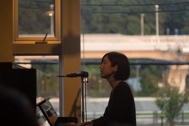 柔らかく透明感ある歌声とピアノで音色を紡ぐ、シンガーソングライター、森ゆにの演奏会が開催。