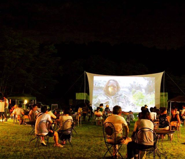 名城公園を使った、岐阜県主催の映画上映会&マルシェが開催。人や地域と向き合い、自然エネルギーによる地域再生の姿を追った、渡辺智史監督作品「おだやかな革命」を上映。