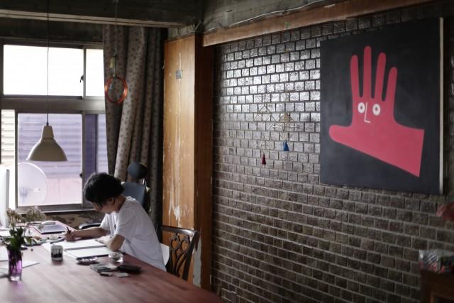 【SPECIAL INTERVIEW】<br/>イラストレーター?デザイナー?画家?<br/>「手君」とともにフィールドを越境し続ける表現者・鷲尾友公。