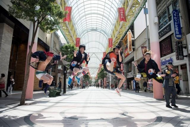 板橋駿谷(ロロ)、福原冠(範宙遊泳)らによる旅芸人ユニット・さんぴんと、三重大学が地域の物語を演劇化。学内にて特別公演を実施。