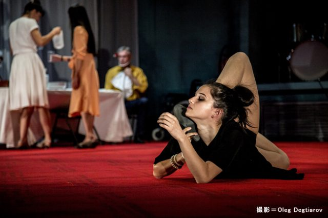 現代のピナ・バウシュと称される、世界的ダンスカンパニー、ピーピング・トム。地元のシニアキャストも参加する『ファーザー』上演!