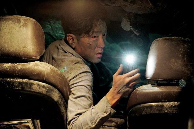『トンネル 闇に鎖(とざ)された男』:韓国で700万人を超える動員を記録!名優と気鋭の監督が描く、単なる救出劇では終わらない韓国映画史に残る傑作。
