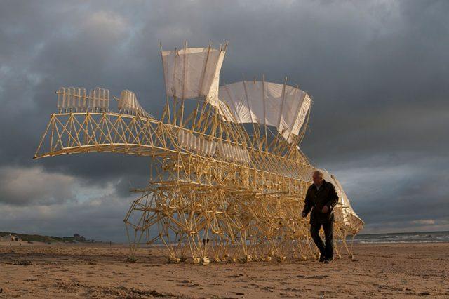 テレビCMでも話題の人工生命体が上陸!21世紀のレオナルド・ダ・ヴィンチと称される、テオ・ヤンセンの展覧会が開催中。