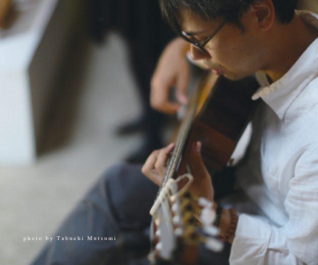 心鎮めてくれる穏やかなギターの調べ。音楽家、坂ノ下典正による演奏会が開催。各会場演出に作灯家 河合悠、名古屋公演ゲストに内田輝を迎える。