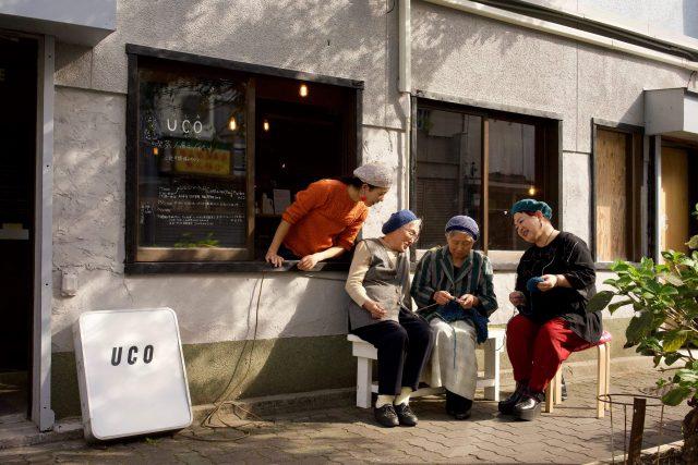 地元のおばあちゃんたちから手芸を学ぶ場として始まった「港まち手芸部」が展覧会を開催。編み物体験ワークショップや、コンテンポラリー扇子ブランド「vent de moe」とのコラボも。