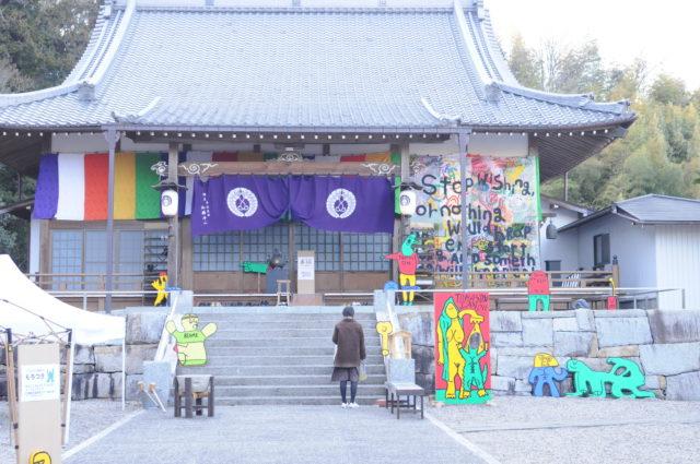 【REPORT】<br/>ポップな色彩のモンスター画が話題の作家・TOMASONが地元・岐阜県可児市で大規模展。<br/>アート/ローカル/カルチャー混合のテーマパーク「TOMASON LAND」の正体とは?