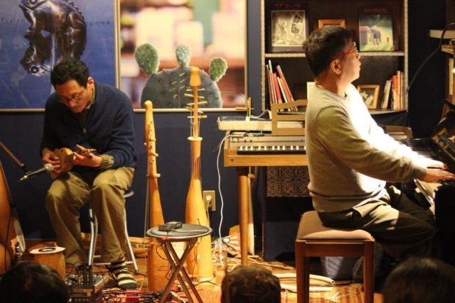 長野県小布施にて古書店「スワロー亭」を営む、グラフィックデザイナー兼自作瓢箪楽器を操る音楽家・奥田亮によるライブ&トークショーが新栄パルルにて開催。ゲストに、Ett。