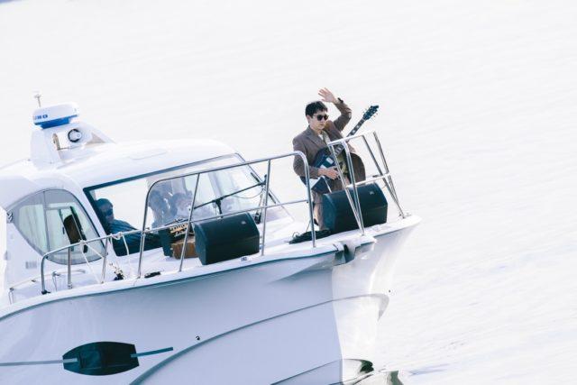 【REPORT|アッセンブリッジ・ナゴヤ2020】 <br/>海上の船から演奏する、という前代未聞のライブプログラム<br/> 「井手健介 The Lonely Surfer」をレポート。
