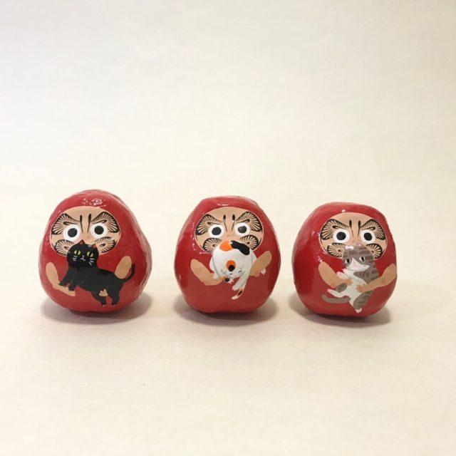 郷土玩具や民芸品を扱う福岡のセレクトショップ・山響屋が覚王山・OFF THE RECORDにてPOP UP。初日は人気ダルマ作家・ヤチコダルマによる絵付けイベントも。