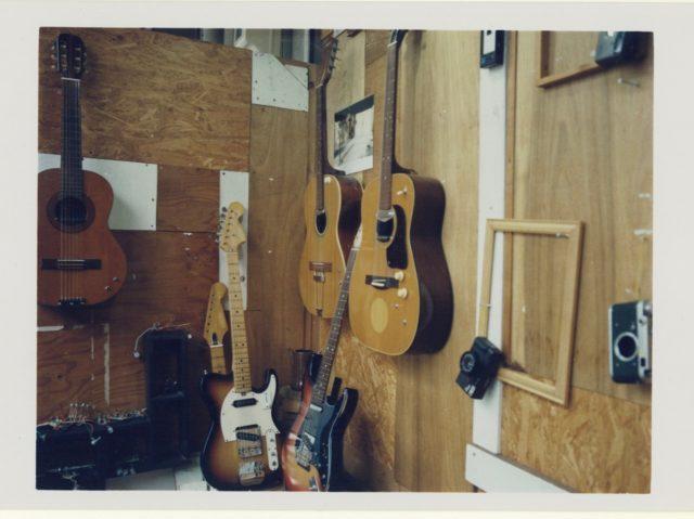 大須のフィルム現像・プリント店「RAINROOTS」店主・湯地信愛が製作したギター&エフェクターシリーズ「NORA」の展示販売・写真展が開催。中古カメラの販売の他、BLUEVALLEYら出演のオープニングライブも。