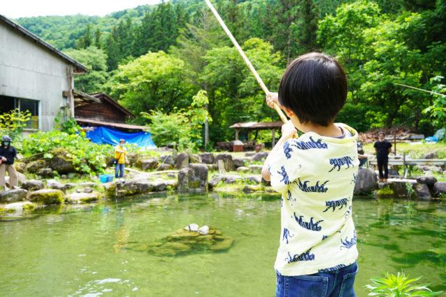 """岐阜県飛騨地方の隠れた魅力・小坂を発信。清流を通じた豊かな自然体験を提案する「小坂なリバーベース」が誕生。期間限定で、星ヶ丘のレストラン・TT""""で小坂直送の岩魚を楽しめるイベントも。"""