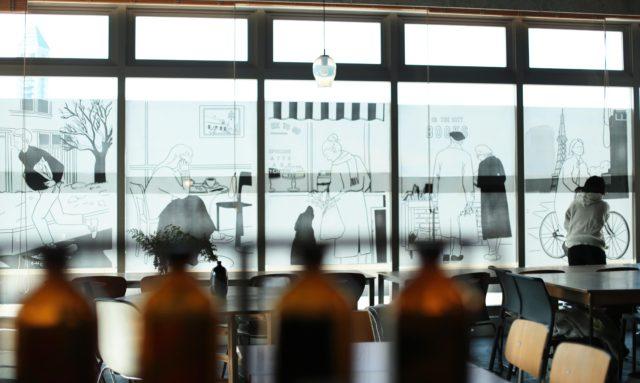 """イラストレーター・SHOKO TAKAHASHIによる、誰かを想いギフトを選ぶ人々の描き下ろしイラストが並ぶエキシビジョン「In the city」が、星ヶ丘のカフェ・TT""""にて開催中。コラボグッズの販売も。"""