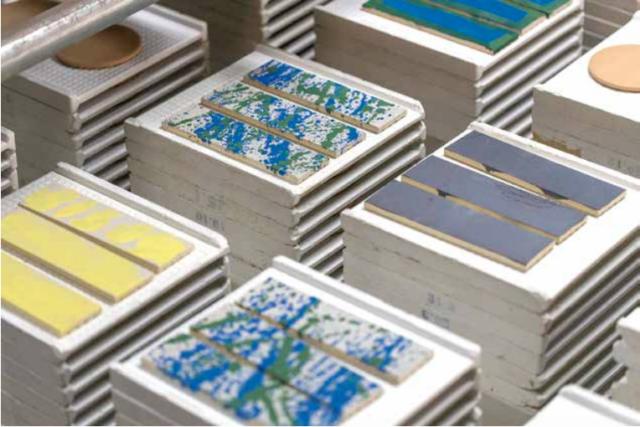 """やきものの町愛知・常滑にて、障害を持つ人とともに産地ならではの""""ものづくり""""の可能性を探る展覧会が開催。伝統の土器焼き公開制作やトークイベントのオンライン配信も。"""