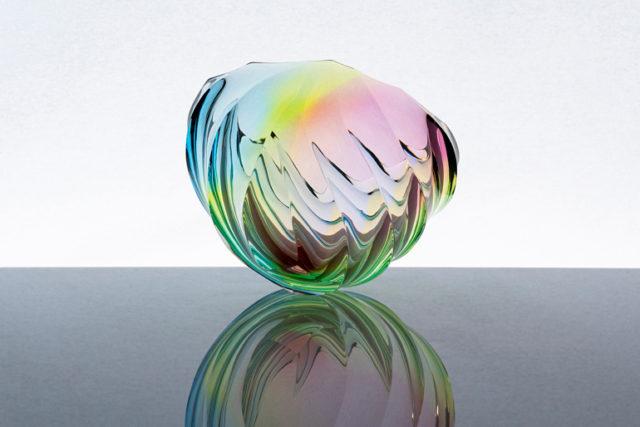 多様な色彩をみせる漆作家・高橋悠眞と、ガラス作家・靏林舞美による二人展が、スペース大原にて開催。