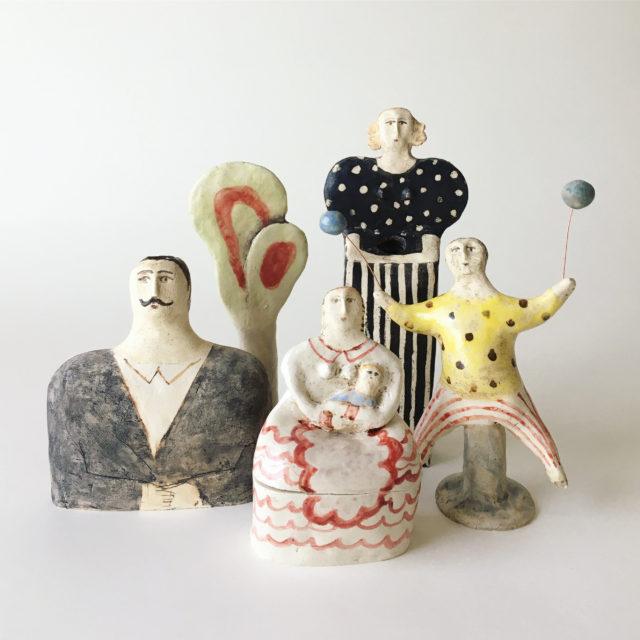 素朴でやわらかな色合いの木版、木彫、陶作品を手掛ける岐阜在住の作家・菅祐子による「家族」をテーマとした個展が、那古野・galerie P+ENにて開催。