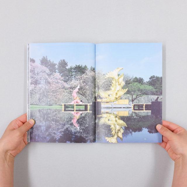 この春注目を集めた「名古屋城金鯱展」の公式ドキュメントブックが発売。イラストレーター・2yangが手掛けたメインビジュアルを生かしたグッズもオンラインストアに登場。