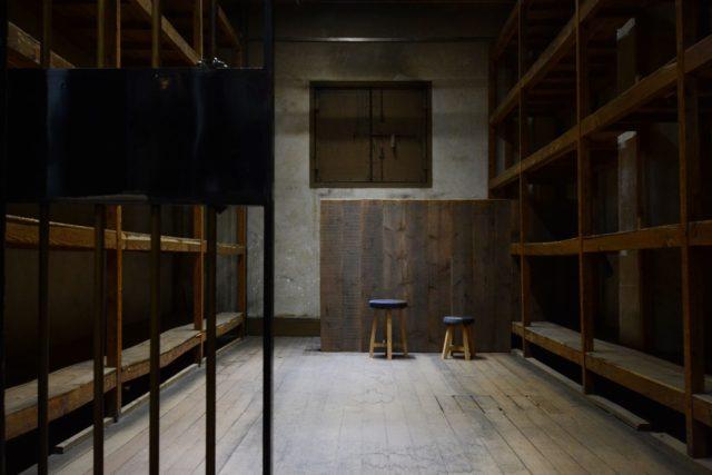 昭和8年に建てられたビルの文書庫を活用したオルタナティブスペース「書庫と○○」が一宮市内にオープン。オープニング企画として彫刻作家・松本崇宏の展示を現在開催中。